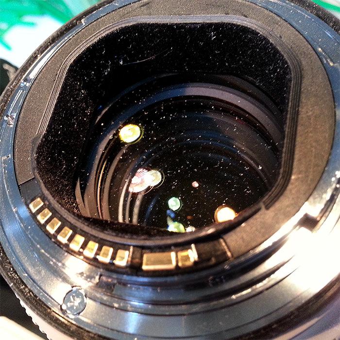 stof op achterkant van de lens