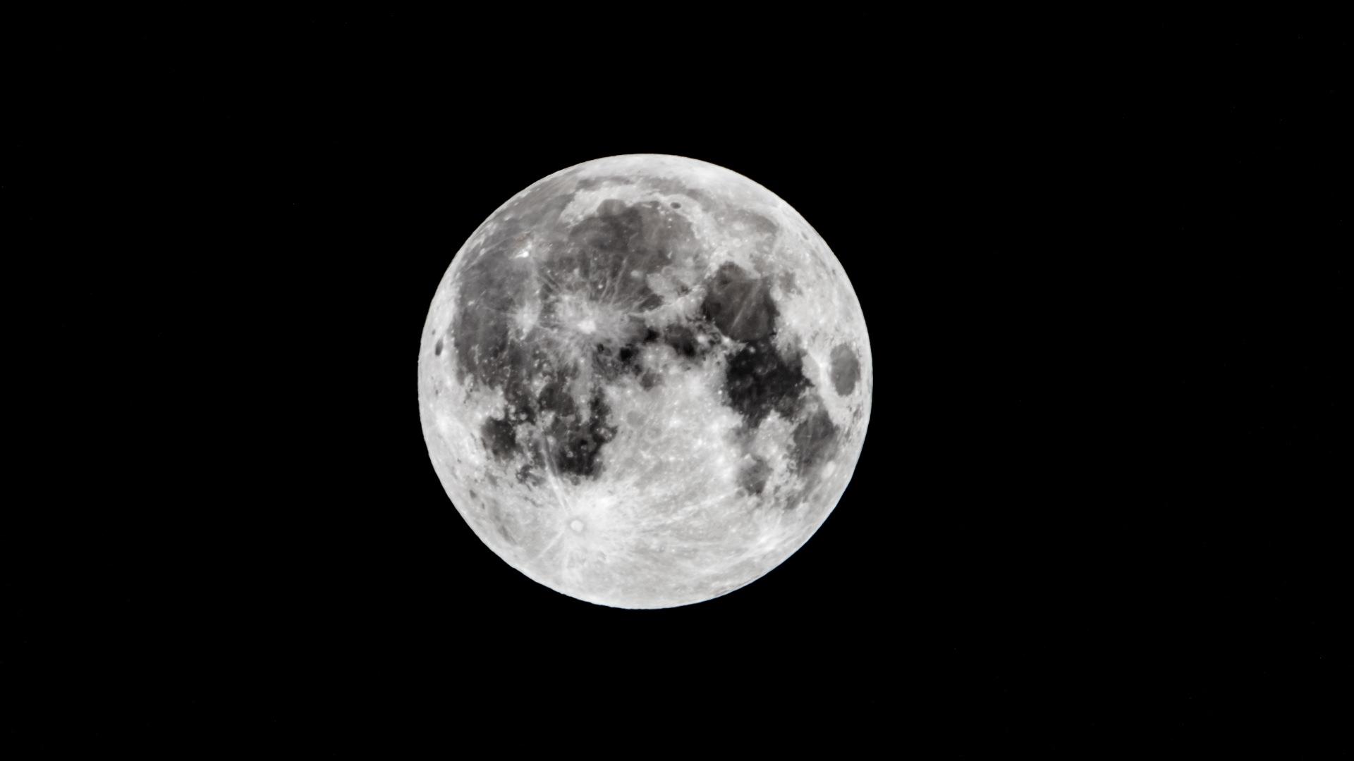 Opname van de maan gemaakt met de Canon 2X Extender EF III en de Canon 400mm f/2.8