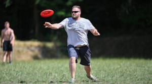 man speelt frisbee