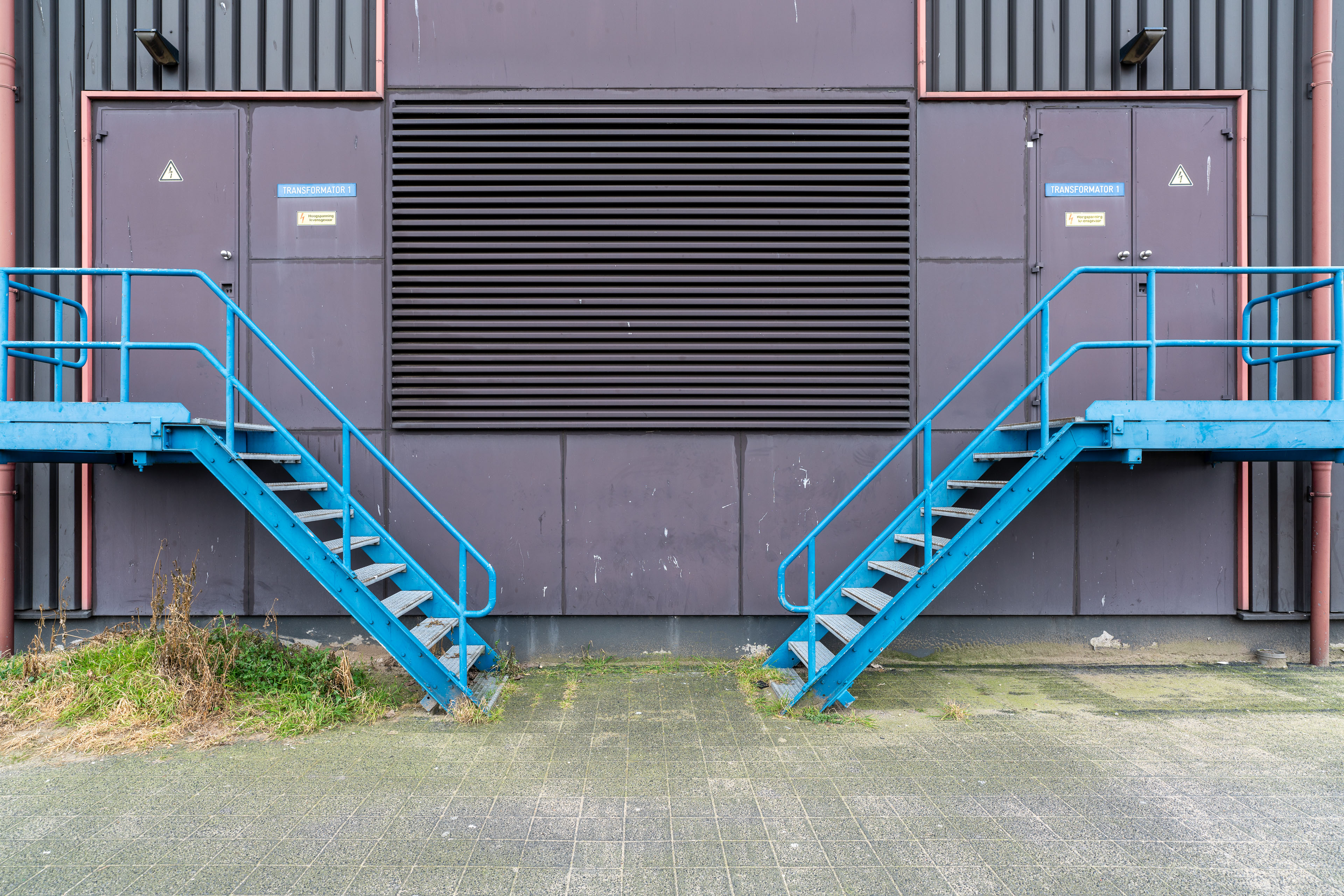 blauwe trappen bij gebouw
